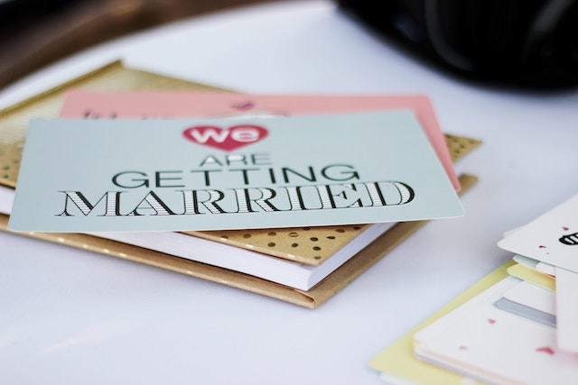 結婚式の招待状って必要?いつ出せば良いの?いくらかるの?